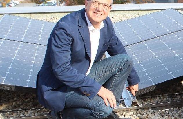 https://greeneventshamburg.de/wp-content/uploads/2020/08/FrankfurtMarathon_EnergieWasser_Jo-Schindler-vor-Photovoltaikanlage-auf-Gelände-des-Sponsors-Mainova.jpeg
